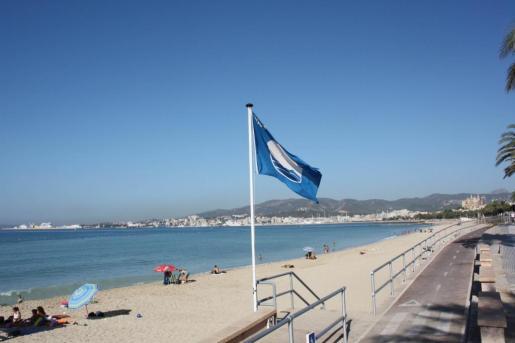 Un bandera azul ondeando.