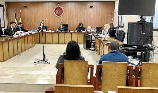 Los dos acusados, ayer en el banquillo de la Audiencia de Palma.