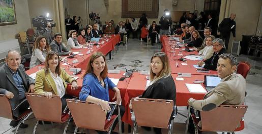 Los representantes institucionales, reunidos este lunes en Can Campaner.