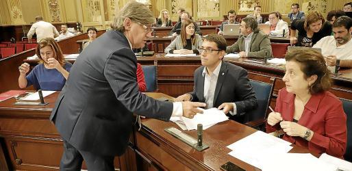 Thomàs, presidente del Parlament, comenta algo con Santiago, cuya dimisión pedirá este martes el PP.