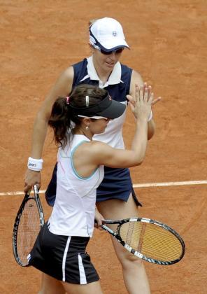La pareja española formada por María José Martínez Sánchez (i) y Nuria Llagostera celebran un punto durante la semifinal de dobles del Torneo Roland Garros disputada ante las italianas Sara Errani y Roberta Vinci, en París, Francia, hoy, miércoles 6 de junio de 2012.