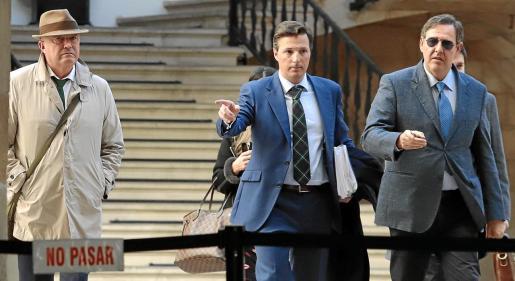 Miguel Ángel Subirán (izquierda) y Manuel Penalva (derecha), junto a su abogado, tras declarar en el TSJB.