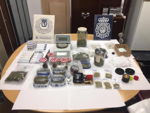 En el registro se intervinieron casi cuatro kilogramos de diferentes variedades de marihuana dispuestas en diferentes recipientes, y alrededor de un kilo y medio de hachís presentado en forma de piedras.