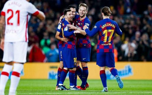 Leo Messi es felicitado por algunos compañeros tras marcar un gol al Mallorca en el partido de ida.