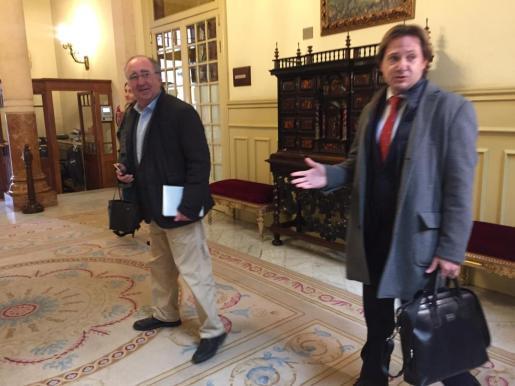 Agustín Buades y Jorge Campos, en el momento de abandonar el Parlament.