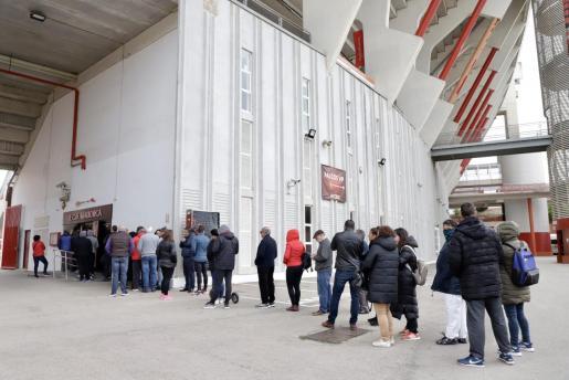 Los aficionados hacían cola la semana pasada en Son Moix para comprar entradas para el Mallorca-Barcelona.