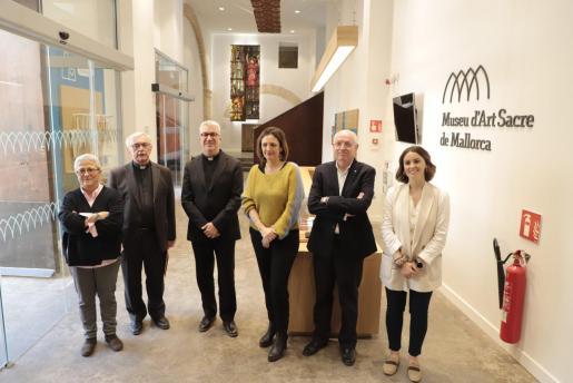 Mercè Gambús, Teodor Suau, Nadal Bernat, Catalina Mas, Mateu Tous y Cristina Ortiz, ayer en la entrada del Museu d'Art Sacre, en Palma.