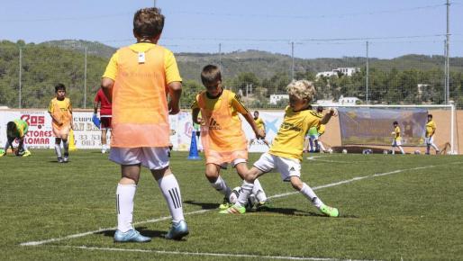 Imagen de dos niños jugando.