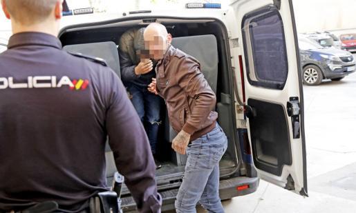 El detenido, español de 43 años, en los juzgados de Vía Alemania de Palma.