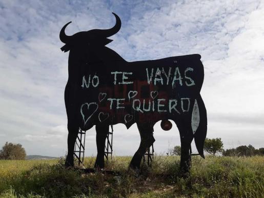Imagen del Toro de Osborne en Algaida con un nuevo mensaje.