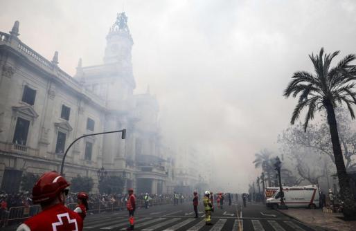Vista general del ayuntamiento envuelto en humo durante la Mascletá disparada este martes en la plaza del Ayuntamiento de Valencia.