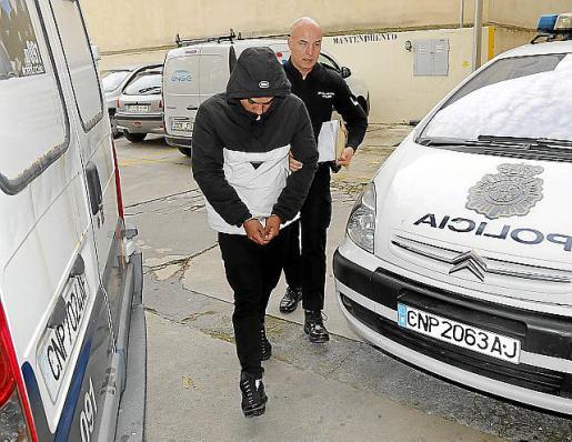 El detenido por supuestamente venderle la pastilla.