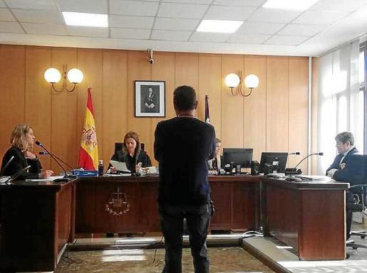 El procesado en una sala de lo Penal de Vía Alemania de Palma.