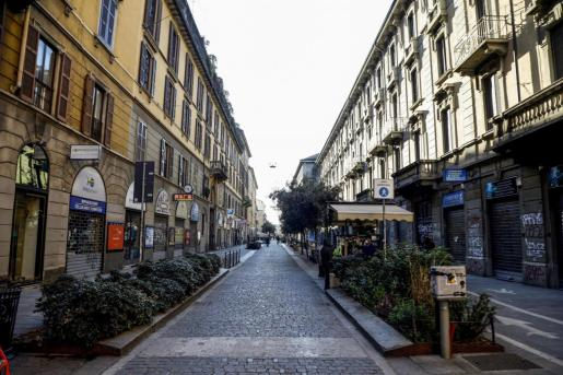 Vista de una calle de Milán con los negocios cerrados.