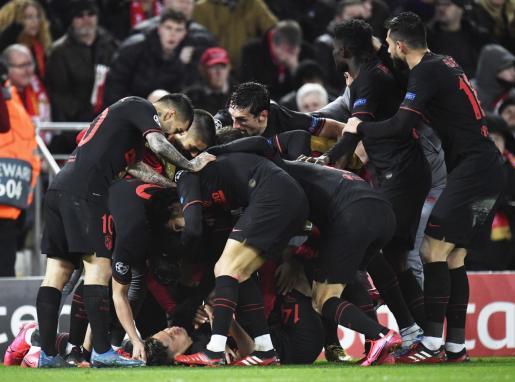 Los jugadores del Atlético de Madrid celebran el primer gol de Llorente.