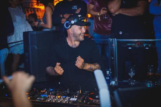 Kiko Rivera se encuentra de lleno en la promoción de su tema. El DJ, en su última actuación en Mallorca.