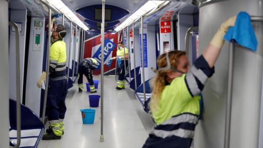 Los servicios de limpieza desinfectan los vagones del metro de Madrid, como medida preventiva por el coronavirus.