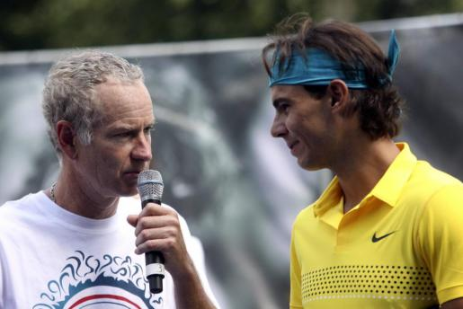 Rafael Nadal (d) conversa con el icono estadounidense John McEnroe, en 2009.