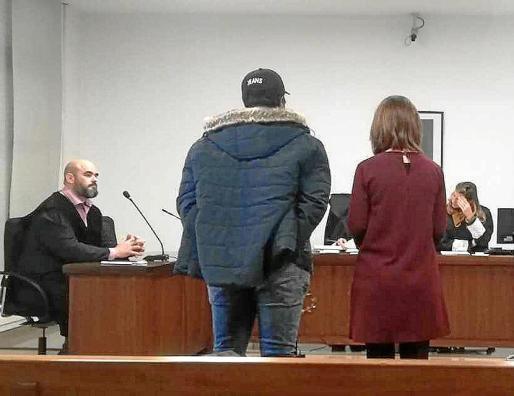 El acusado, de pie, junto a una traductora, en la Sala de lo Penal número 1 de los juzgados de Vía Alemania de Palma.