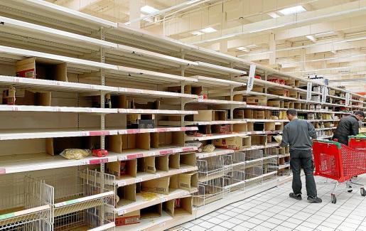 El hipermercado Alcampo agotó este jueves muchos de sus productos.