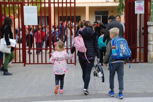 Padres y alumnos, entrando en el último día de clase.
