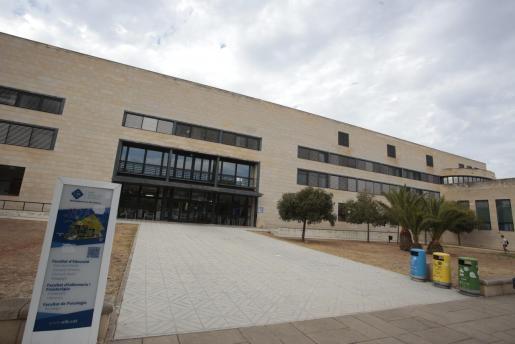 Imagen de un edificio del campus de la UIB.