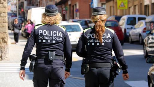 Una pareja de policías local, en una calle de Palma.
