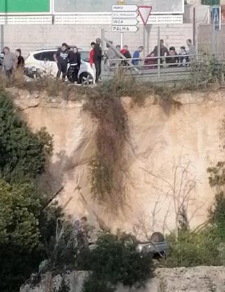 El vehículo ha caído por un desnivel de siete metros en la entrada de Muro.