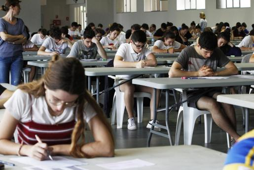Alumnos de Baleares durante un examen de selectividad. Imagen de archivo.