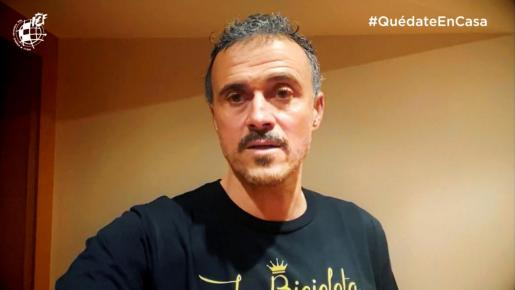 El seleccionador español de fútbol, Luis Enrique Martínez, en una campaña de concienciación ante el Coronavirus #QuédateEnCasa.