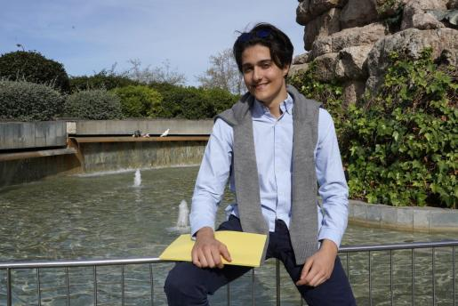 Ennio Campoli posa para este diario en la Plaça Espanya.