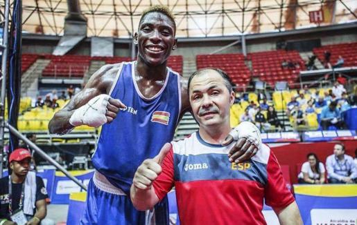 Youba Sissokho posa junto al seleccionador nacional de boxeo, Rafa Lozano.