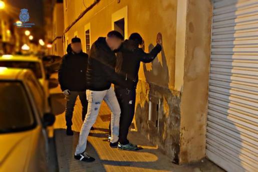 Agentes de la Policía Nacional durante la detención del ladrón