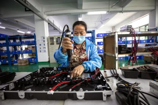 Shenzhen (China), 13/03/2020.- A woman works at the Huaxia L&C factory in Shenzhen, Guangdong province, China, 13 March (issued 16 March 2020). China's value-added industrial output, an important economic indicator, fell 13.5 percent year-on-year in the first two months of 2020 as the coronavirus outbreak hurt activities, according to a report issued by the National Bureau of Statistics on 16 March 2020. Huaxia L&C is a manufacturer of indoor and outdoor SMD LED displays. Their main markets are Canada, Japan, USA, and Germany. (Alemania, Japón, Estados Unidos) EFE/EPA/ALEX PLAVEVSKI Coronavirus and COVID-19 outbreak has negative effect of China's economy