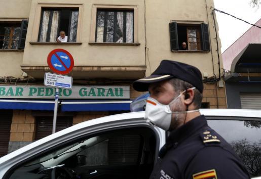 La Policía vigila el cumplimiento de las restricciones.