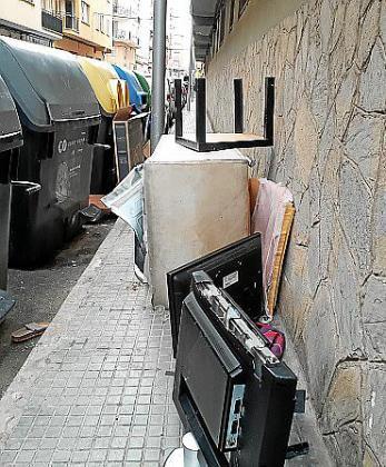 Estos días no se podrán dejar trastos en la calle en ningún caso.