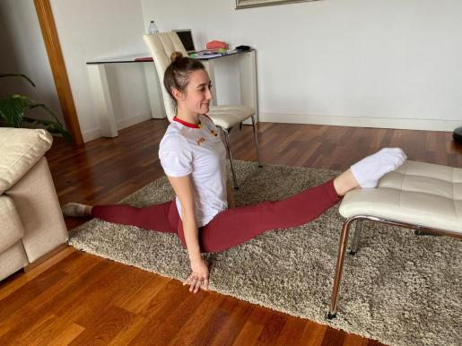 La gimnasta Cintia Rodríguez, ejercitándose en su domicilio.
