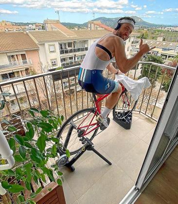 Guillem Àngel, en Inca, sacó la bicicleta al balcón para hacer ejercicio