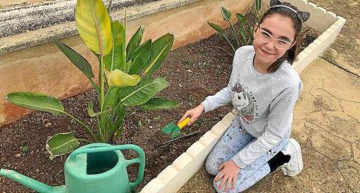 La joven Paula, ejerciendo de jardinera.