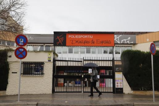 Fachada del polideportivo Príncipes de España, cerrado al público.