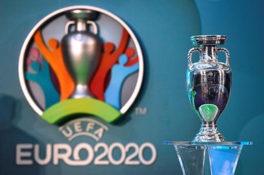 Imagen del trofeo de la Eurocopa, que debía disputarse en junio y julio de 2021.