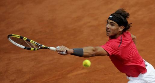 El tenista español Rafael Nadal golpea la bola durante la semifinal masculina del torneo de Roland Garros.