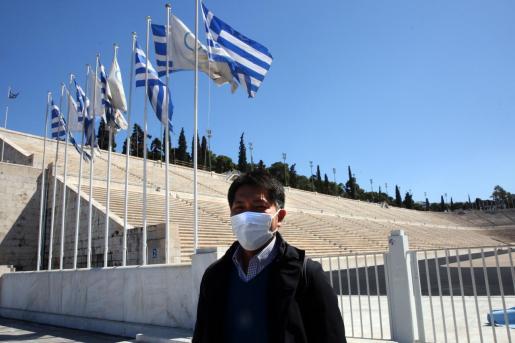 Un ciudadano japonés posa ante el viejo estadio olímpico de Atenas.