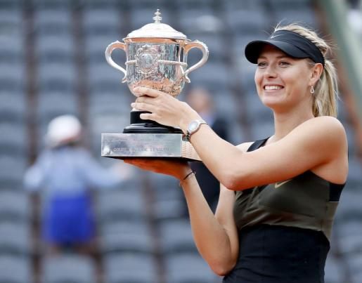 La tenista rusa Maria Sharapova posa con el trofeo del torneo de tenis de Roland Garros en París.