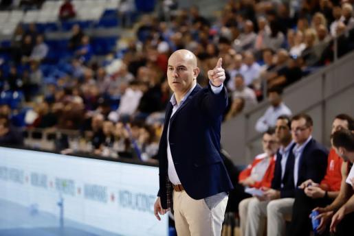 El técnico del BTTB Mallorca Palma, Félix Alonso, da instrucciones a sus jugadores.