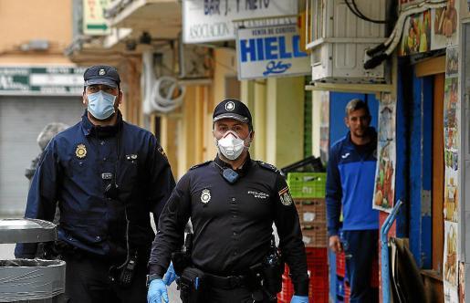 Dos agentes de la Policía Nacional, con mascarilla, el lunes en Son Gotleu.
