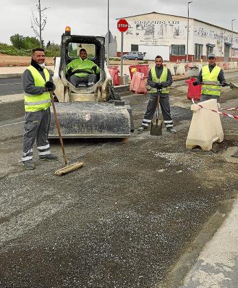 Operarios trabajando en la entrada al municipio de Campos.