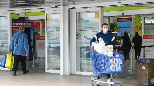 Los establecimientos de alimentación de las Islas, que siguen abiertos al público, aplican medidas de seguridad en cumplimiento del real decreto con el fin de evitar aglomeraciones dentro de las tiendas y mientras esperan a entrar.