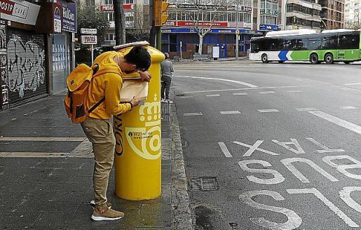 Un ciudadano haciendo uso de un buzón.