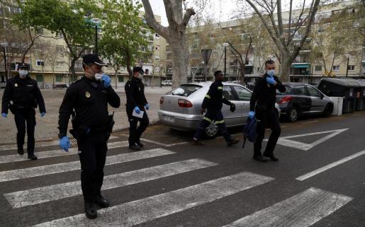 Agentes de la Policía Nacional patrullando por Palma.